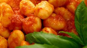 Νιόκι με σάλτσα φρέσκιας τομάτας απο την μαγειρική «πέννα» του Γιάννη Γκελντή