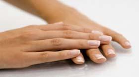 Τα άσπρα στίγματα στα νύχια ποιά διατροφική έλλειψη υποδεικνύουν?