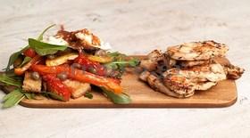 Κοτόπουλο με βαλσαμικό με μέλι και βότανα στη σχάρα και ιταλική σαλάτα