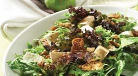 Πράσινη σαλάτα με καρύδια, σύκα, κράνμπερι και ανθότυρο