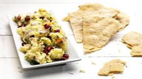 Κοτοσαλάτα και αραβικές πίτες με πάπρικα και θυμάρι